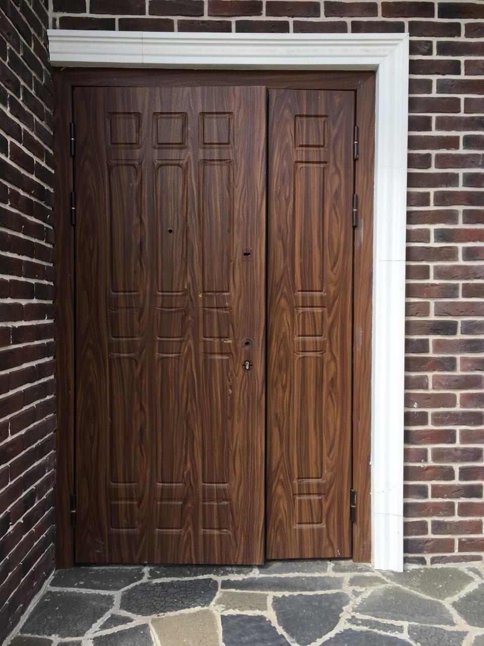 ремонт двери, установлены новые панели МДФ из натурального шпона